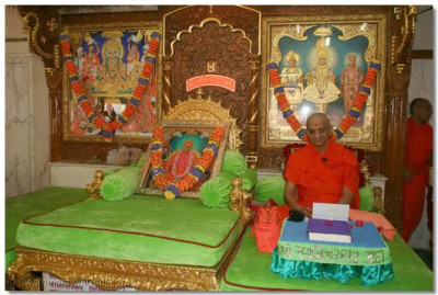 Acharya Swamishree gives darshan seated on the throne in the Sabha Mandap