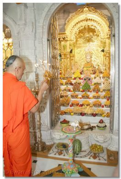 Acharya Swamishree performs the annkut aarti