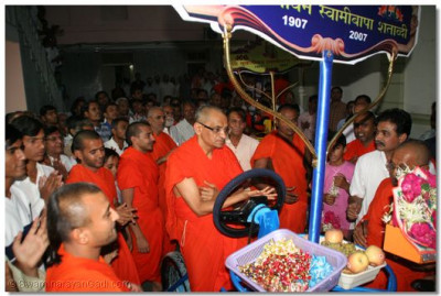 Swamibapa's highly talented sants have created a 7 rider cycle, which will be a unique feature of the processions held as part of the Swamibapa Shatabdi (Centenary) celebrations. Acharya Swamishree performed the opening of that spectacular vehicle