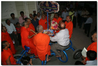 Acharya Swamishree and eminent sants and disciples ride the cycle