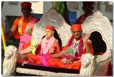 Acharya Swamishree bestows blessings to all the disciples