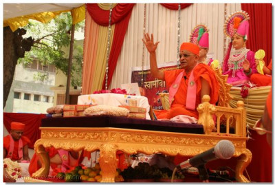 Acharya Swamishree bestows divine blessings to all