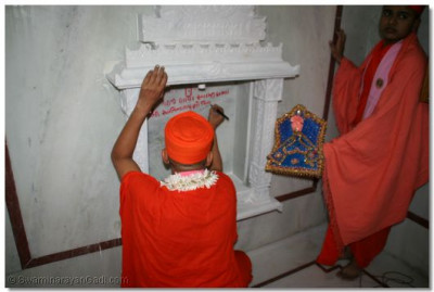 Acharya Swamishree consecrates the new temple
