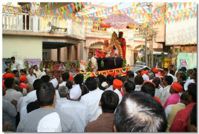 Acharya Swamishree gives His divine darshan during a procession