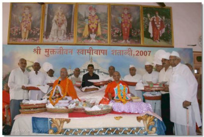 Acharya Swamishree gives darshan to the disciples on whose behalf the scripture recitals were held