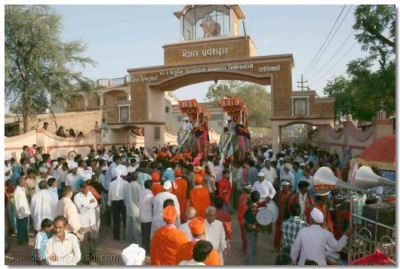 The processions passes the gates of Mokhasan