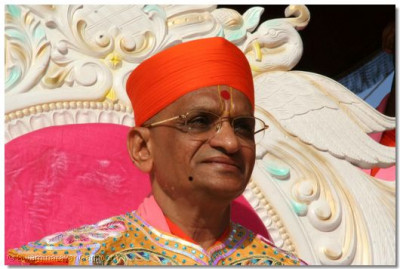 Acharya Swamishree gives darshan at the opening procession of the festival