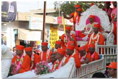 Acharya Swamishree and eminent sants presided on the chariot and gave darshan to all the onlookers during the procession