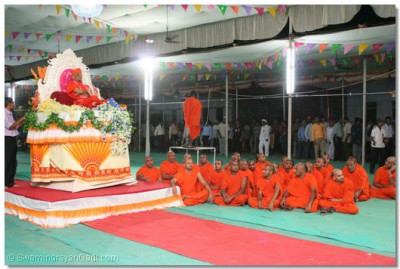Acharya Swamishree presided on a high, revolving seat, whilst the disciples danced to the accompaniment of the devotional singing