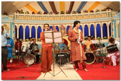 The renowned Bollywood singers, Sanjay Omkar and Kirti Sangathia sang the devotional songs, whilst the disciples danced