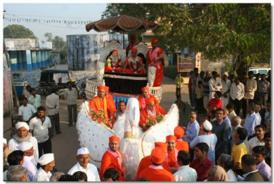Jeevanpran Swamibapa and Acharya Swamishree give darshan during the procession in Narsipura