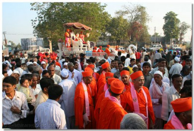 Hundreds of people have the darshan of the divine procession