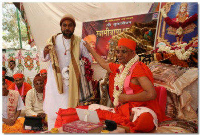 Acharya Swamishree gives darshan to Shree Jankidasji Maharaj, the spiritual leader of the Bhandash Bapu Sect