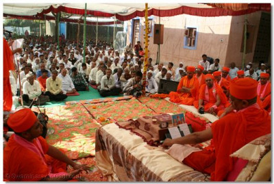 Acharya Swamishree presides over the scripture recitals