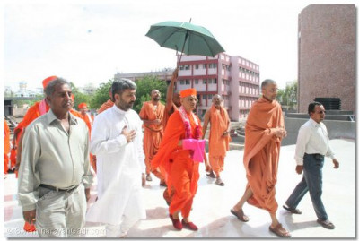 Accepting the requests of Shree Tyagvallabhdasji Swami, His Divine Holiness Acharya Swamishree visits the Yogidham Education Centre in Rajkot