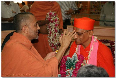 Shree Tyagvallabhdasji Swami performs adoration to Acharya Swamishree, to formally welcome him to the Education Centre