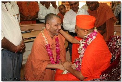 Acharya Swamishree blesses Shree Tyagvallabhdasji Swami and commends him for managing the Education Centre