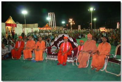 Acharya Swamishree, sants and disciples watch the devotional dance performance