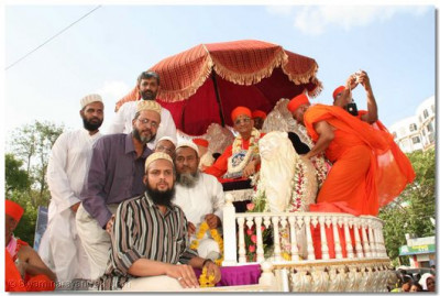 During the procession, a group of Muslim gentlemen came for Acharya Swamishree's darshan, to show their support to Acharya Swamishree's aim of unifying all sectors of society