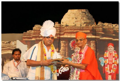 Director of Funworld, the site of the exhibition, Shree Hitendrabhai Rana, is blessed by Acharya Swamishree