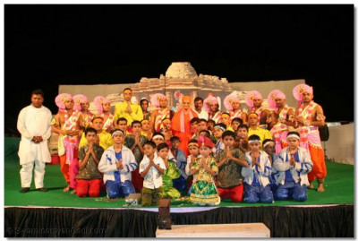 Students of Shree Muktajeevan Kala Academy and sants who took part in the devotional dances throughout the exhibitions held in Surat, Varodara and Rajkot, are blessed by Acharya Swamishree