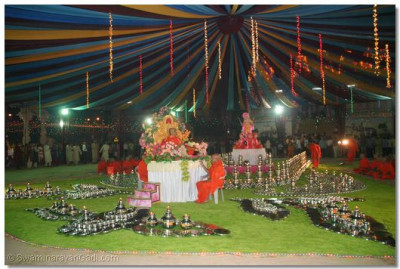 To celebrate the Sharad Poonam festival, the sants had arranged a spectacular display of steel utensils in the grounds of Maninagar Temple
