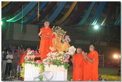 Acharya Swamishree gives darshan at the end of the dancing