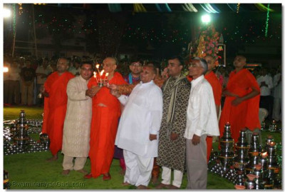 The sponsors of the Sharad Poonam festivities performs aarti