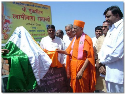 Acharya Swamishree unveils the memorial to Bhimsinh Parmar, on Bodira's lakeside, where a bloody battle took place in 1857.