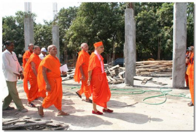 Acharya Swamishree visits the construction site of the new temple in Surat