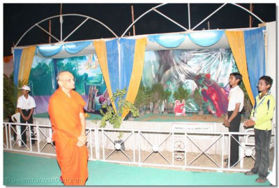 Acharya Swamishree views the exhibition
