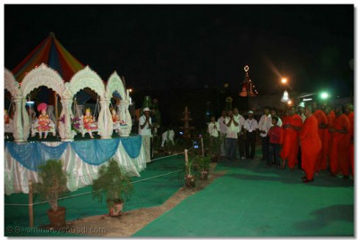 Swamibapa's sants had created a magnificent revolving swing, which comprised of 12 individual swings, upon which the Lord presided upon and gave His divine darshan to all