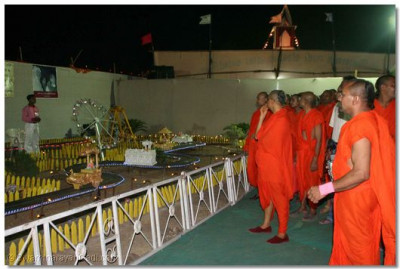 An exhibition of chariots viewed by Acharya Swamishree and sants