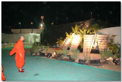 Acharya Swamishree examines one of the other exhibits