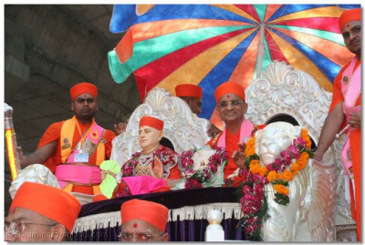 Acharya Swamishree gives darshan seated on a chariot