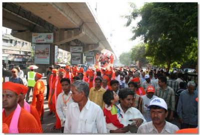 The procession passes through the streets of Surat