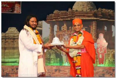 Acharya Swamishree presents a memento to Shree Santrambapu of Rammadhhi