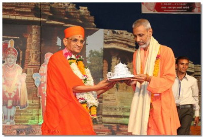 Acharya Swamishree presents a memento to Shree Amrishanandji Maharaj of Bharat Sevashram