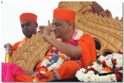 A grand procession was held through Surat to bring Acharya Swamishree to the new Temple site