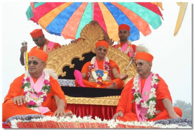 Acharya Swamishree and eminent sants give darshan during the procession