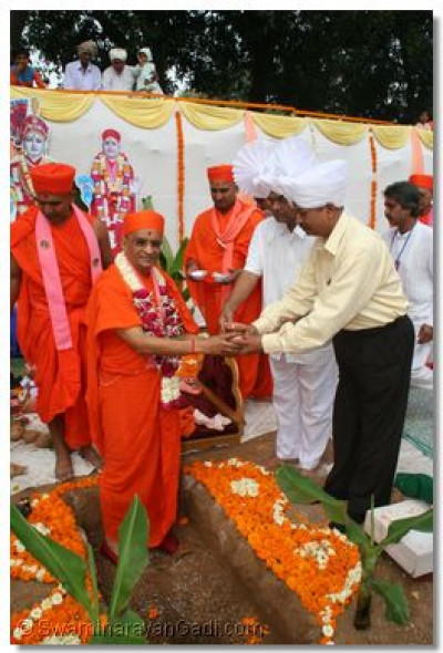 State officials hand over incense to Acharya Swamishree, to place in the Temple Foundations