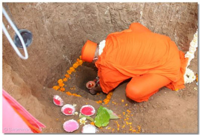 Acharya Swamishree performs the Foundation Stone laying ceremony