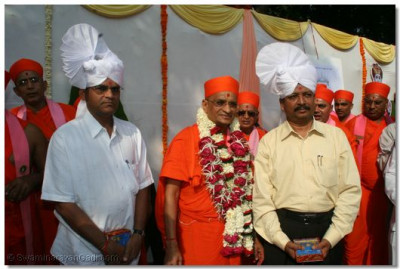 Acharya Swamishree gives darshan with the senior officials of Surat