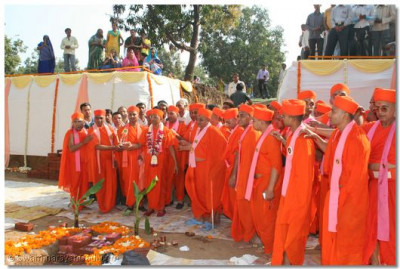 Acharya Swamishree and sants perform aarti at the site where the Foundation Stone was placed