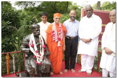 Acharya Swamishree gives darshan with the chief guests, beside Tilak Maharaj
