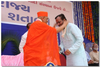 Acharya Swamishree blesses Parliament Speaker Shree Arjunbhai Modhvadiya