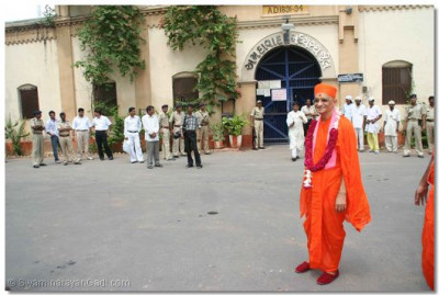 Acharya Swamishree gives darshan in front of the Ahmedabad Central Jail