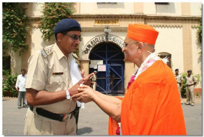 Acharya Swamishree is greeted by the chief police officer in charge of the jail