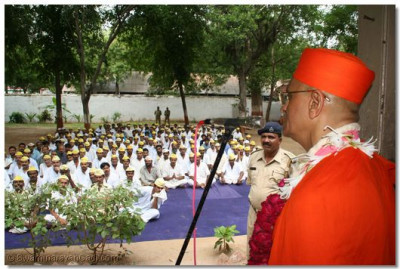 Acharya Swamishree teaches the prisoners about the values that they must learn to become virtuous citizens of society