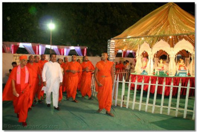 Acharya Swamishree takes Shree Jitendrabhai Sukhadiya, Leader of Gujarat Vidhansabha, through the exhibition